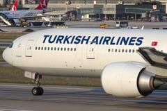 TC-JJL Turkish Airlines Boeing 777-3F2ER KARADENIZ Foto de archivo libre de regalías