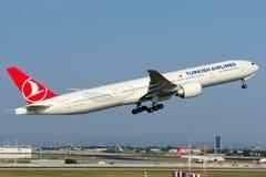 TC-JJP Turkish Airlines Боинг 777-3F2 (ER) Стоковые Фотографии RF