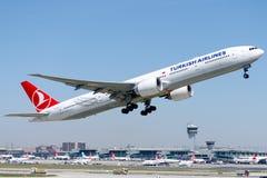 TC-JJR Turkish Airlines, Боинг 777-3F2 (ER) ERCIYES Стоковые Изображения RF