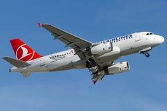 TC-JLO Turkish Airlines, flygbuss A319-132 som namnges AHLAT Royaltyfri Bild