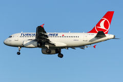 TC-JLR Turkish Airlines, flygbuss A319-132 som namnges BAKIRKOY Arkivbilder