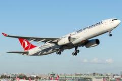 TC-JNP土耳其航空, A330-300名为GOKCEADA的空中客车 免版税库存照片