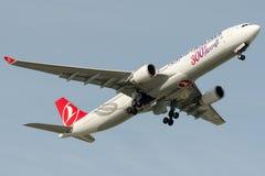 TC-LNC土耳其航空,空中客车A330-303, 300th航空器贴纸 图库摄影