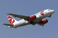 Tchèque Airbus décollent dessus Photographie stock libre de droits