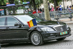 Tchad Diplomatieke auto tijdens Militaire parade ( Defile) in Republiek Dag ( Bastille Day) Champs Elysees royalty-vrije stock foto
