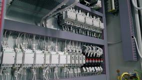 Tcheboksary, République de Chuvash, le 5 mars 2019 la boîte électrique contient beaucoup de terminaux, de relais, de fils et de c clips vidéos