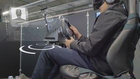 Tcheboksary, Russie - 26 septembre 2017 : Ville des robots Un homme joue les jeux vidéo 3D avec des verres de réalité virtuelle H