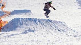 TCHERKASSY, de OEKRAÏNE - Februari 23, 2017: Snowboardkop, ruiter die op bergen springen De extreme sport van snowboardfreeride royalty-vrije stock foto's