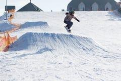 TCHERKASSY, de OEKRAÏNE - Februari 23, 2017: Snowboardkop, ruiter die op bergen springen De extreme sport van snowboardfreeride royalty-vrije stock fotografie