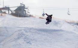 TCHERKASSY, de OEKRAÏNE - Februari 23, 2017: Snowboardkop, ruiter die op bergen springen De extreme sport van snowboardfreeride royalty-vrije stock afbeeldingen