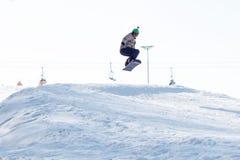 TCHERKASSY, de OEKRAÏNE - Februari 23, 2017: Snowboardkop, ruiter die op bergen springen De extreme sport van snowboardfreeride royalty-vrije stock foto