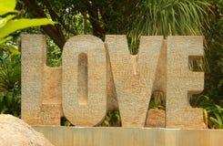 TCloseup des alphabets de lettres expriment l'amour découpé hors de la pierre Image stock