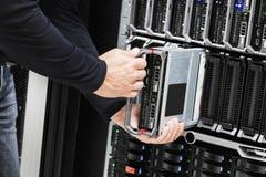 Técnico Installing Blade Server de las TIC en chasis Fotografía de archivo