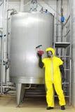 Técnico na amostra de exame do unoform de líquido Fotografia de Stock Royalty Free