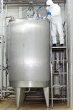 Técnico que controla proceso industrial en el tanque Imagen de archivo