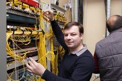 Técnico que levanta no quarto do server Fotos de Stock