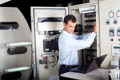 Técnico que repara a máquina computarizada Imagens de Stock Royalty Free