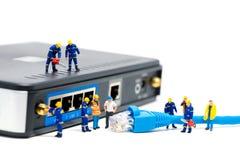 Técnicos que conectam o cabo da rede Conceito da conexão de rede Fotografia de Stock Royalty Free