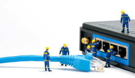 Técnicos que conectan el cable de la red Imagen de archivo libre de regalías