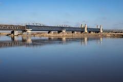 Tczew, pomorskie/Polônia - março, 28, 2019: Ponte histórica velha de Lisewski Cruzamento de estrada através do Vistula imagens de stock royalty free