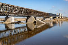 Tczew, pomorskie/Polen - 28 Maart, 2019: Oude historische Lisewski-brug Weg die over Vistula kruisen royalty-vrije stock afbeeldingen