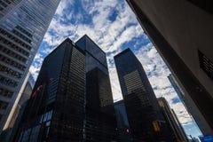 TD在他们的大会办公处开户商标在多伦多,安大略,在晚上,围拢由其他摩天大楼 图库摄影