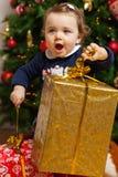 Tddler-Mädchen mit Geschenken nähern sich Weihnachtsbaum Lizenzfreie Stockfotografie