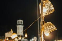 Teça a lâmpada de bambu da cesta na noite imagem de stock