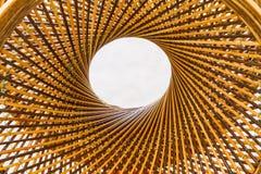 Teça o círculo do teste padrão e fure-o no meio do fundo de bambu fotos de stock royalty free