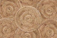 Teça o fundo da textura do rattan, arranjando as camadas de tradição tecidas em volta da bandeja, fundo da textura fotos de stock