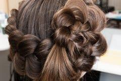 Teça tranças bonitas no salão de beleza do cabeleireiro imagens de stock royalty free