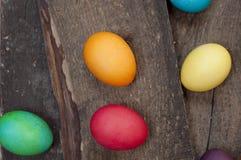 Teñido chiken los huevos en un fondo de madera oscuro fotografía de archivo