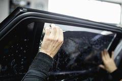 Teñido del coche e instalación de la hoja imagen de archivo libre de regalías