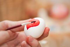 Teñido del huevo de Pascua Fotos de archivo libres de regalías