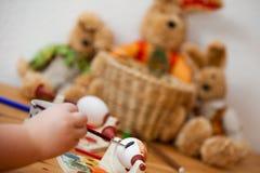 Teñido del huevo de Pascua Imagen de archivo libre de regalías