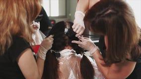Teñido del pelo Proceso del teñido en salón de belleza almacen de metraje de vídeo