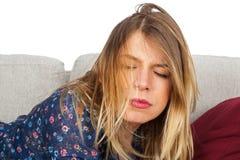 te长沙发的疲乏的不整洁的妇女 库存照片
