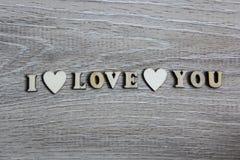 Te amo corazón y letras de madera, tema de la forma del amor Imagen de archivo libre de regalías
