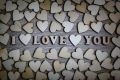 Te amo corazón y letras de madera, tema de la forma del amor Imágenes de archivo libres de regalías