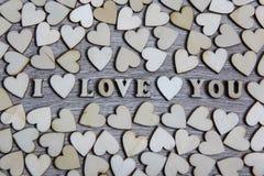 Te amo corazón y letras de madera, tema de la forma del amor Fotografía de archivo libre de regalías