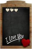 Te amo corazones blancos de la pizarra que cuelgan en marco de madera con Foto de archivo libre de regalías