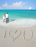 Te amo en arena de Couple Imágenes de archivo libres de regalías