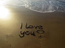 Te amo escrito en arena Imágenes de archivo libres de regalías