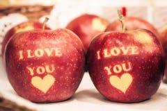Te amo escrito en manzanas rojas fotos de archivo libres de regalías