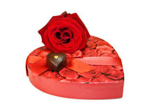 Te amo - los chocolates del corazón y se levantaron sobre blanco Imagenes de archivo