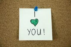 Te amo mensaje en tablero del corcho Imagen de archivo libre de regalías