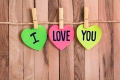 Te amo nota en forma de corazón imagenes de archivo