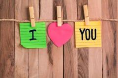 Te amo nota en forma de corazón fotos de archivo