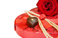 Te amo - rojo color de rosa y perlas sobre blanco Imagenes de archivo