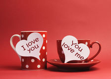 Te amo y usted quiérame los mensajes escritos en muestras del corazón en la taza de la taza y de café Fotografía de archivo